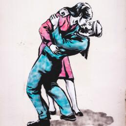 donna che bacia uomo